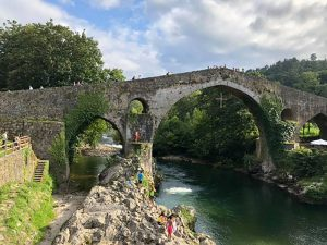 cangas de onis puente romano en rio sella