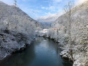 rio sella nevado vista desde puente colgante