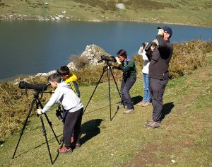 Familia observando aves en el Lago Ercina