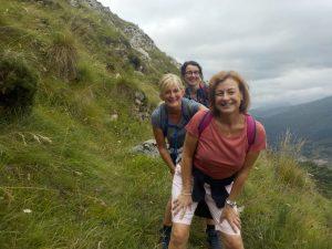 Amigas aprendiendo español y haciendo senderismo